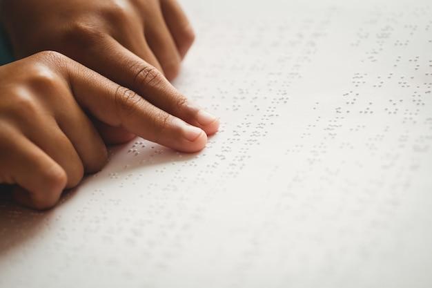 Kind dat braille gebruikt om te lezen