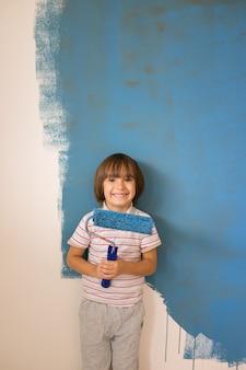 Kind dat de huismuur in kleuren schildert