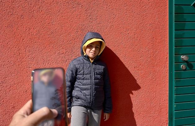 Kind dat een foto maakt bij zijn vriend