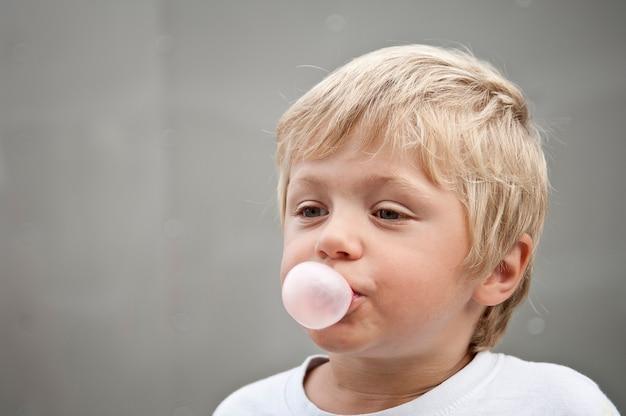 Kind dat een kauwgom blaast