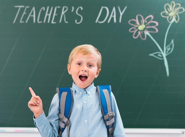 Kind dat enthousiast is over de dag van de leraar