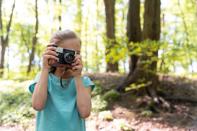 Kind dat het bos verkent op milieudag