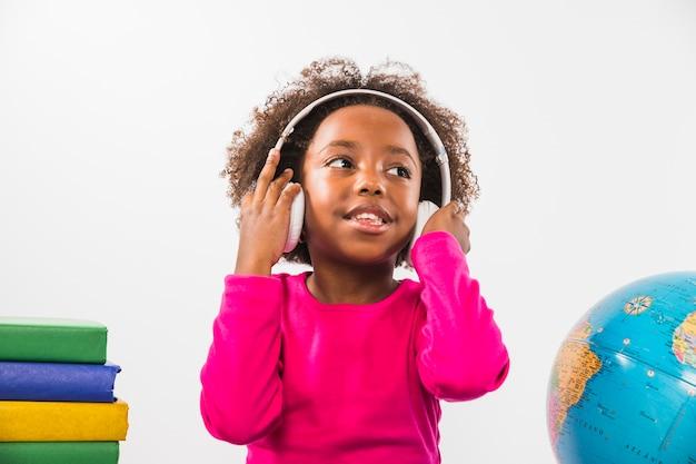 Kind dat hoofdtelefoons in studio draagt