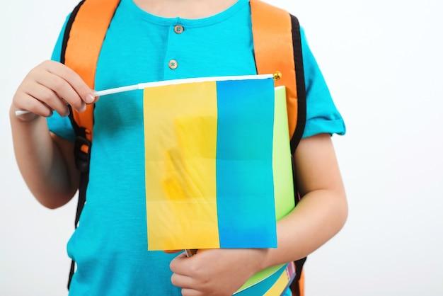 Kind dat oekraïense vlag houdt. mensen, onderwijs, leren en school concept.