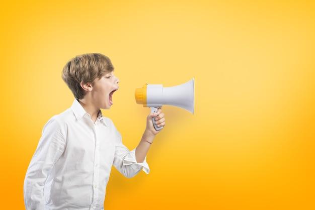 Kind dat op de megafoon op geel gilt