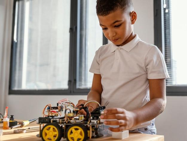 Kind dat robot maakt