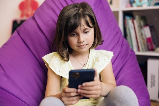 Kind dat smartphone gebruikt kind dat op internet surft op een smartphone tienermeisje dat communiceert met ouders