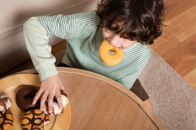 Kind dat thuis donuts eet