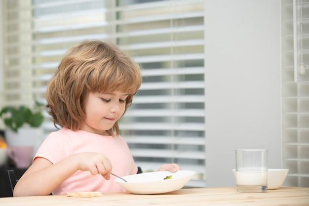 Kind dat thuis gezond voedsel eet, baby eet soep