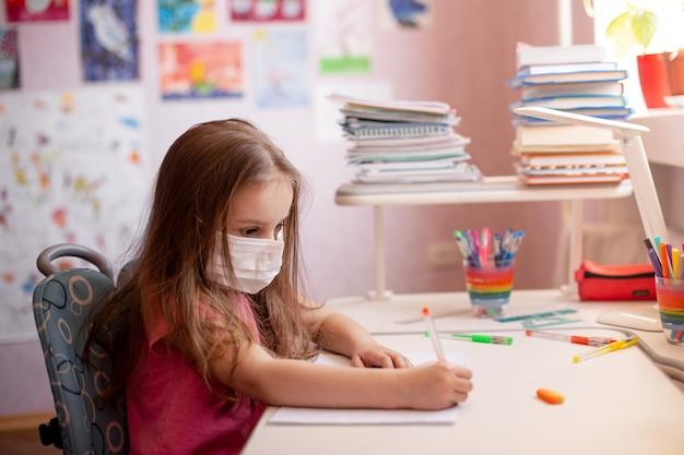 Kind dat thuiswerk doet. thuis leren