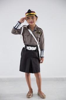 Kind dat zich voordoet als politieagent