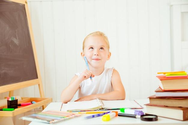 Kind denkt aan het doen van haar huiswerk