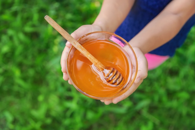 Kind een plaat met honing in handen