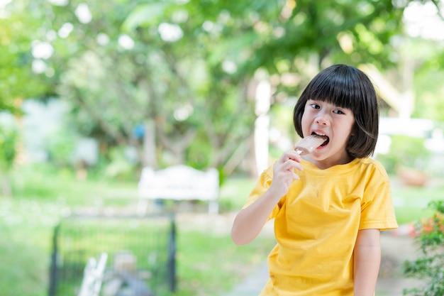 Kind eet ijs, heerlijk en gelukkig concept