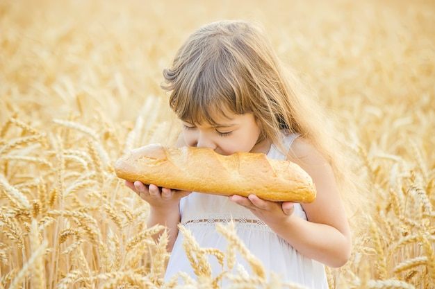 Kind en brood. selectieve aandacht. eten en drinken.
