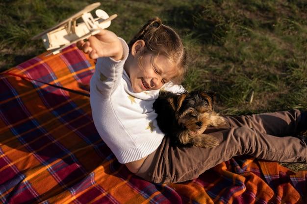 Kind en hond spelen buiten hoge mening
