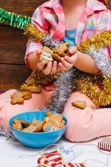 Kind en koekjes. vakantievoedsel voor kinderen