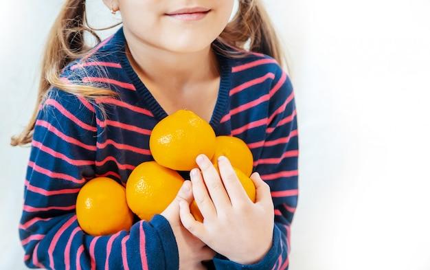 Kind en mandarijn. selectieve aandacht. eten en drinken.