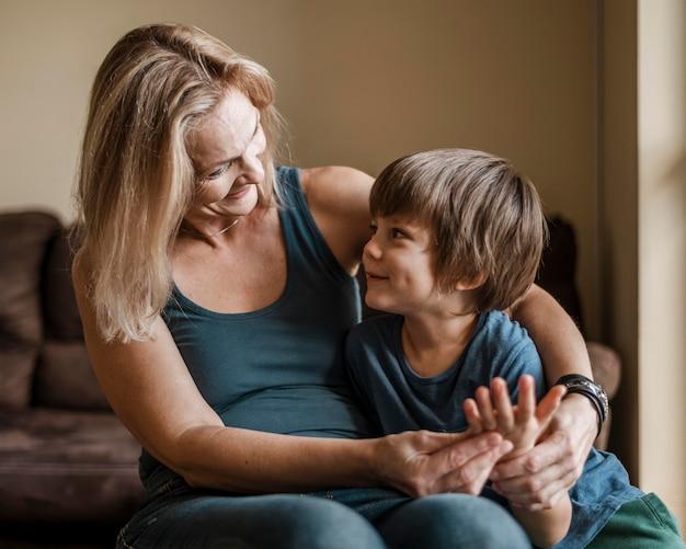 Kind en vrouw kijken elkaar aan