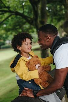 Kind en zijn vader in het park