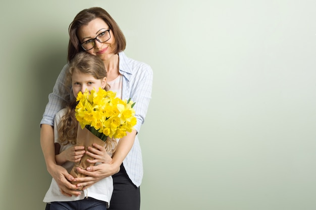 Kind feliciteert moeder en geeft haar boeket