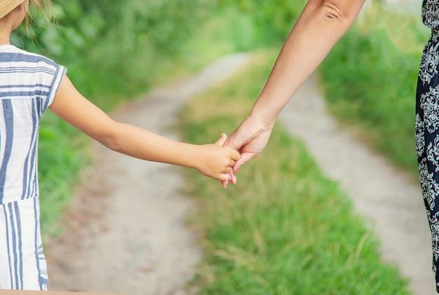 Kind gaat hand in hand met zijn moeder