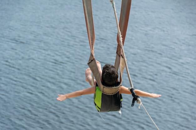 Kind gaat naar beneden met de zipline in de jacoma-lagune in brazilië.