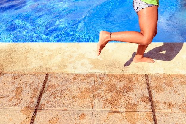 Kind geniet van de laatste dagen van de zomer in een zwembad