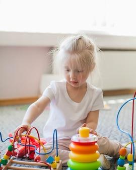 Kind geniet van educatief speelgoed