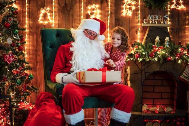 Kind gluren van achter de kerstman