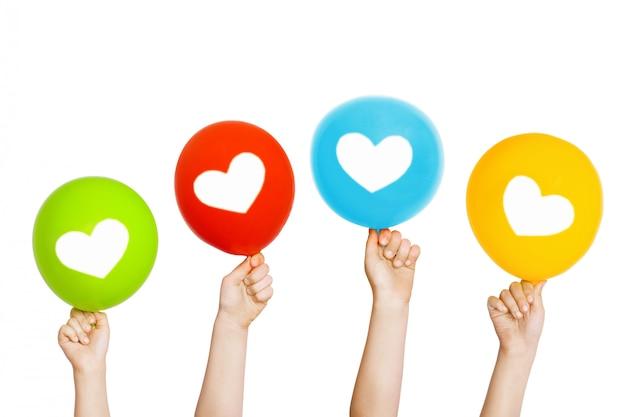 Kind hand houden kleuren ballonnen.