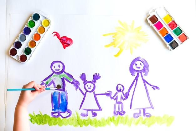 Kind hand schildert schets van het gezin