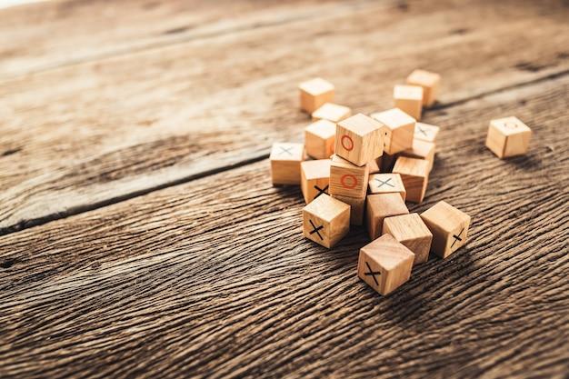Kind hersenen ontwikkeling speelgoed houten blok met o en x-teken