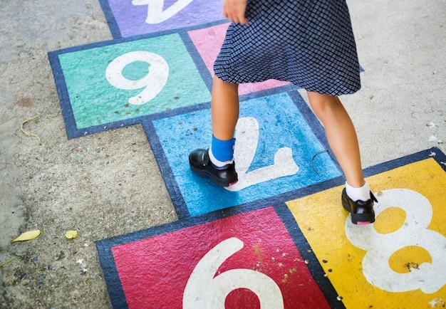Kind hinkelspel spelen op school