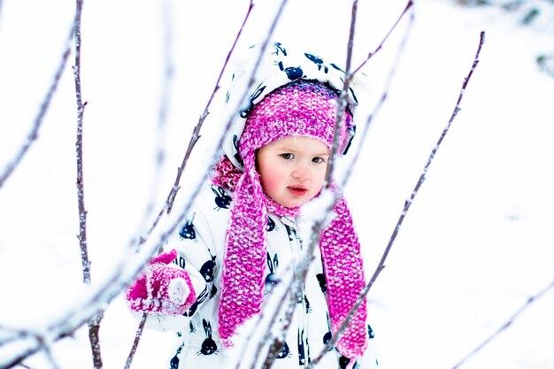 Kind in besneeuwde dag