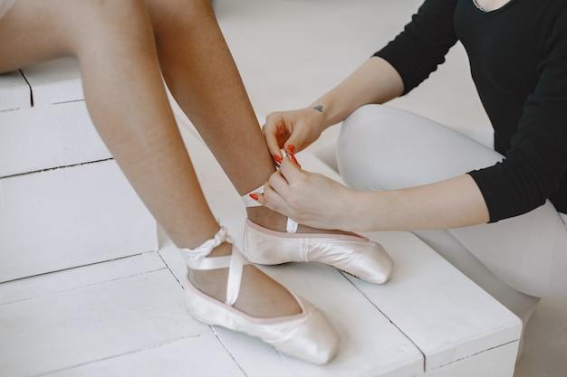 . kind in dansles met teatcher