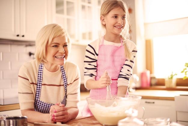 Kind in de basisschoolleeftijd die het gebak maakt
