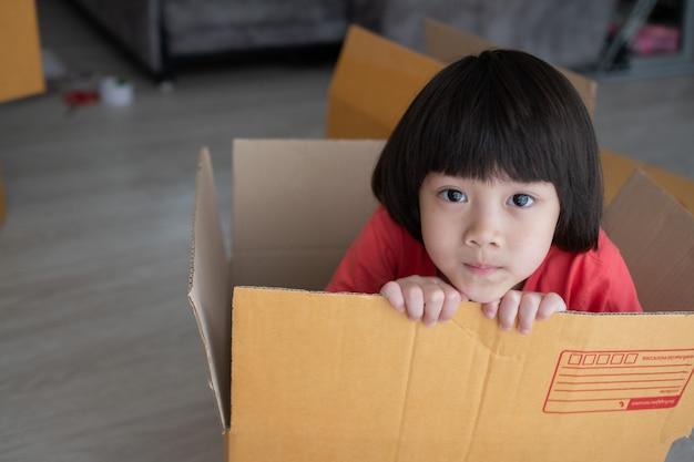 Kind in de leveringsdoos, verborgen kind