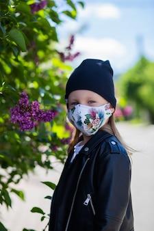 Kind in een masker