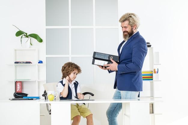 Kind in functie. zakenman praten met jonge werknemer in functie. mensen uit het bedrijfsleven op kantoor en consulting. aansturen medewerker op rapport. oud en jong bedrijfsconcept. baas en werknemer.