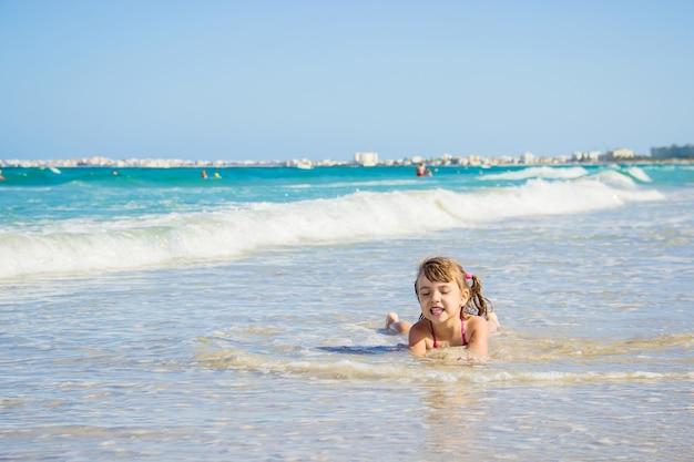 Kind in het water. selectieve aandacht. mensen.