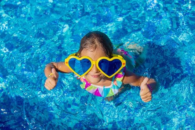 Kind in het zwembad met een grote bril. selectieve aandacht. kind.