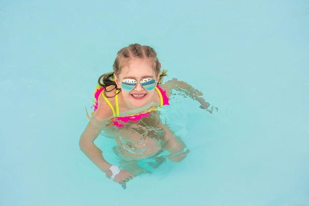 Kind in het zwembad