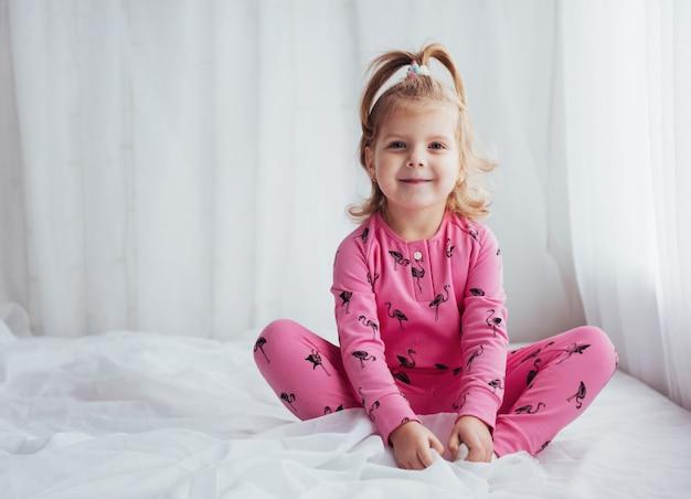 Kind in pyjama