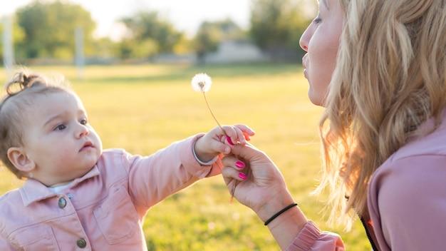 Kind in roze kleren en haar moeder