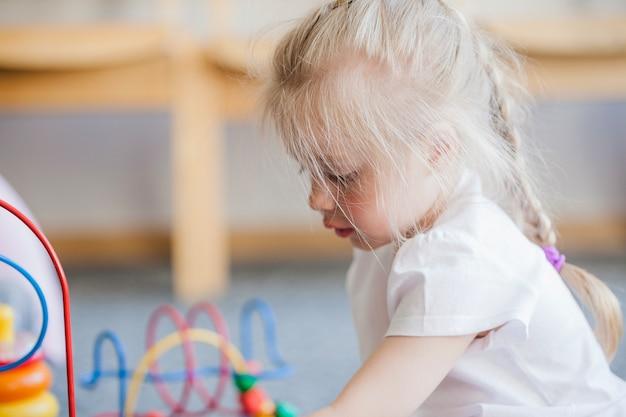 Kind in speelkamer van de kleuterschool