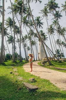 Kind in sri lanka op een eiland met een vuurtoren.