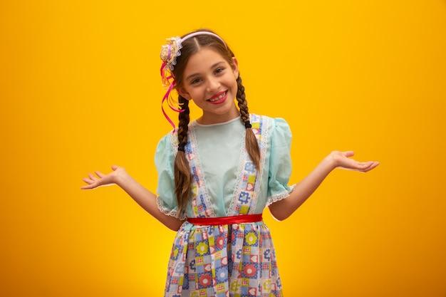Kind in typische kleding van beroemde braziliaanse partij genaamd