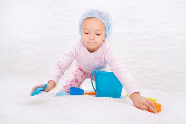 Kind in zout kamer. halotherapie voor de behandeling van aandoeningen van de luchtwegen. zouttherapie toepassen in de spa