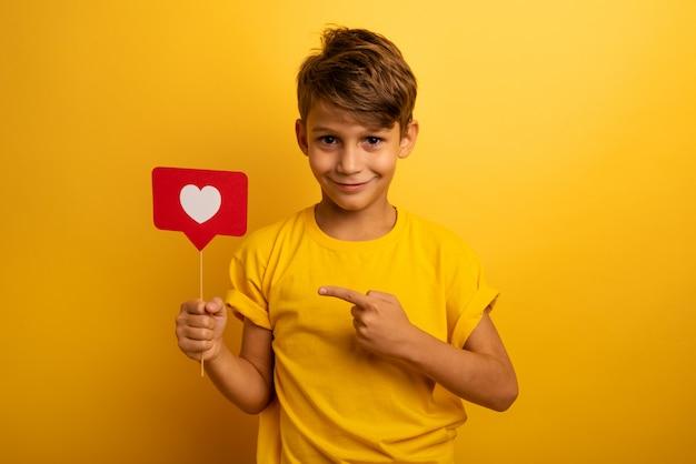 Kind is gelukkig omdat het hart ontvangt op sociaal netwerk